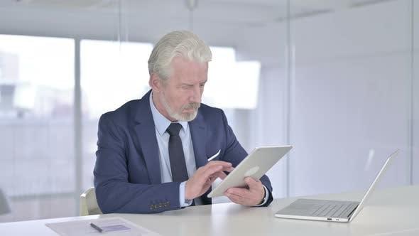 Thumbnail for Alter Geschäftsmann mit Tablet in Office