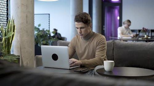 Unternehmer Arbeiten mit Laptop im Coworking Space