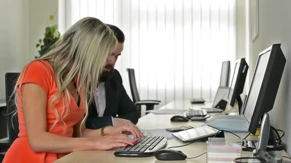 Thumbnail for Frau und Mann arbeiten zusammen auf Desktop-Computer im Büro (Arbeiter) - Boss and Secretary