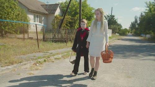 Geschwister in Halloween-Kostüme gehen für Leckereien
