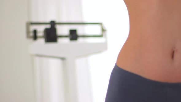 Thumbnail for Dünne Frau mit Skala, um Gewichtsverlust zu messen