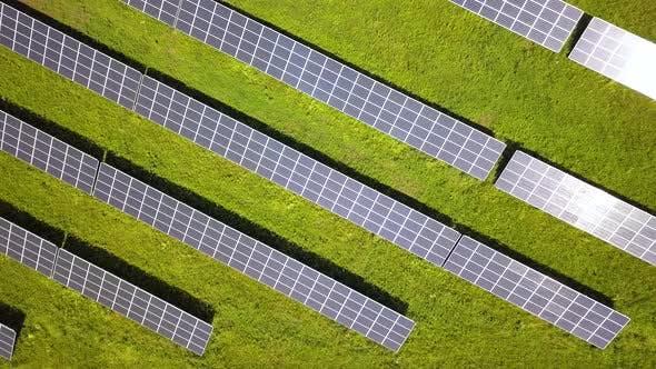 Luftaufnahme des Solarkraftwerks. Elektrische Paneele zur Erzeugung sauberer ökologischer Energie.
