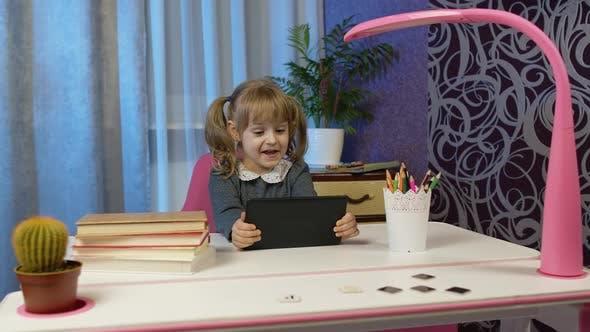 Kind Mädchen macht Hausaufgaben mit digitalem Tablet-Computer zu Hause zurück zur Schule Online-Lernen