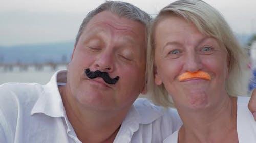 Lustige Senior-Paar mit Schnurrbart