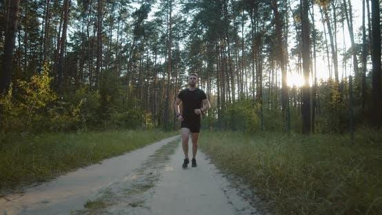 Thumbnail for Junge Active Guy Laufen auf der Straße Unter Sommerwald