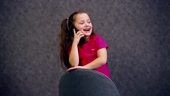 Cover Image for Schönes Mädchen, das am Telefon spricht