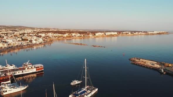 Thumbnail for Yachten und Motorboote Segelschiffe in der Nähe von Pier in Zypern Paphos Hafen bei Sunset Floating