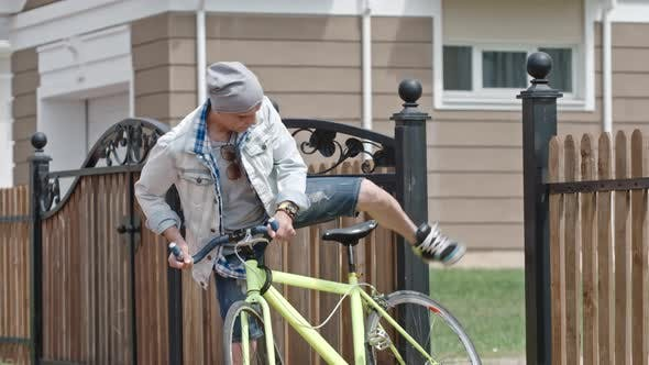 Aktive Senior Man geht für eine Fahrradtour