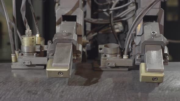 Thumbnail for Nahaufnahme von Drehmaschine Maschine Arbeiten mit Rohr innen gespannt