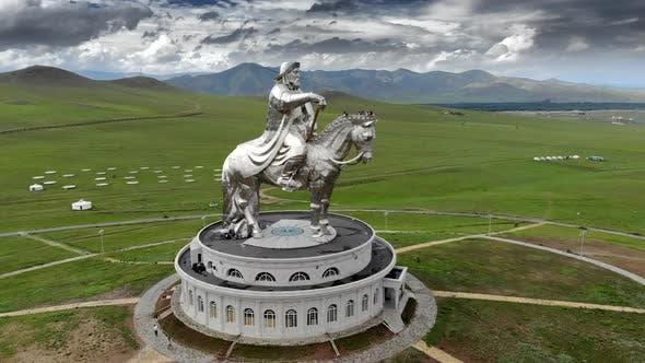 Reiterstatue des Großen Kriegers Dschingis Khan in Ulaanbaatar Mongolei aus der Luft