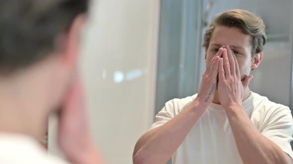 Thumbnail for Rückansicht des verärgerten jungen Mann Blick selbst in Spiegel