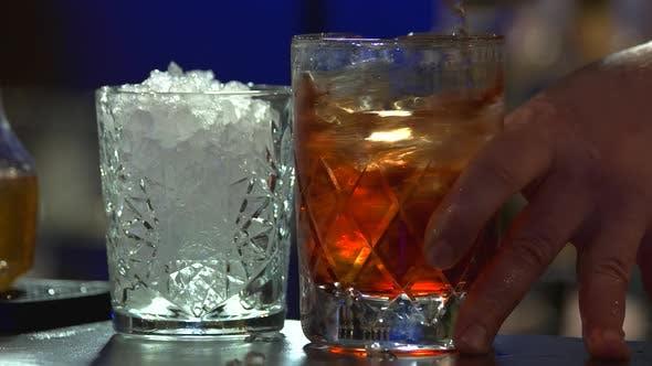 Brandy mit Eis umrühren, aus nächster Nähe.