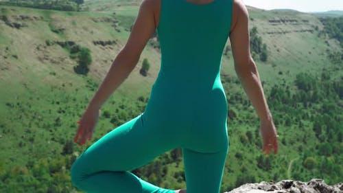 Athletic Girl Pratiques Yoga sur le bord de la montagne