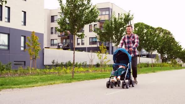 Thumbnail for Vater mit Baby im Kinderwagen zu Fuß entlang Stadt
