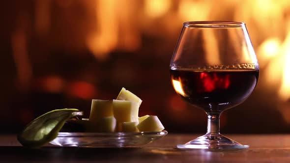 Ein Glas Brandy Und Teller Mit Käse Und Zitrone