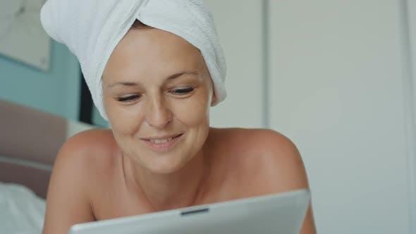 Thumbnail for Glückliche Frau mit Video Chat mit Tablet Pc Kamera
