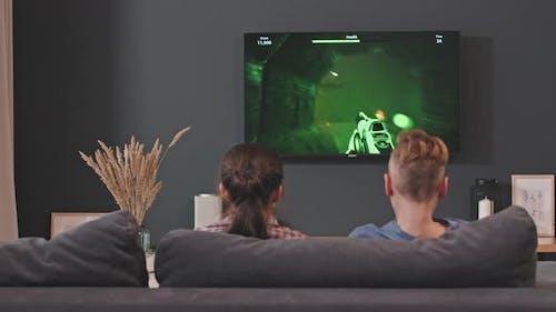 Geschwister spielen Shooter-Videospiele