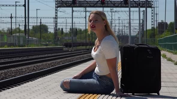 Thumbnail for Ein Junge Schöne Frau wartet auf ein Zug