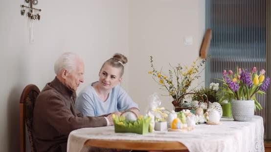 Thumbnail for Frau verbringen Zeit mit Großvater