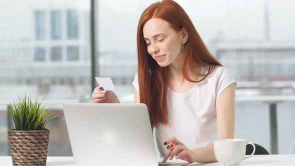 Thumbnail for Jeune fille fait des achats en ligne dans la boutique en ligne en payant avec carte de crédit.