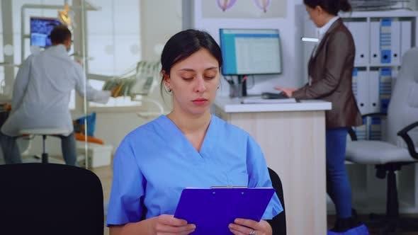 Porträt einer lächelnden Krankenschwester mit Blick auf