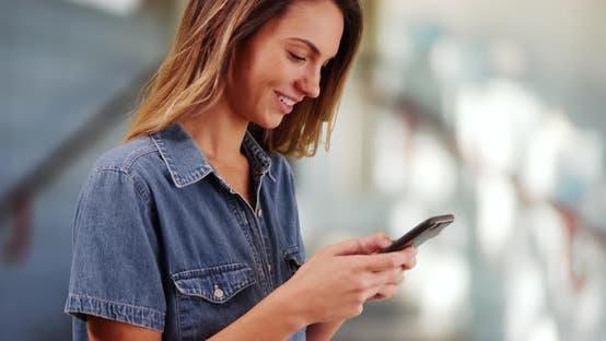 Thumbnail for Nahaufnahme des tausendjährigen Mädchens am Pier, Messaging auf Smartphone und lächelnd