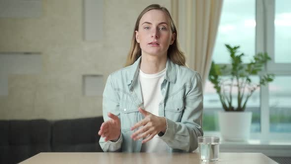 Thumbnail for Geschäftsfrau spricht mit Web-Kamera machen Entfernung Online-Video konferenzanruf. Weibliches Internet