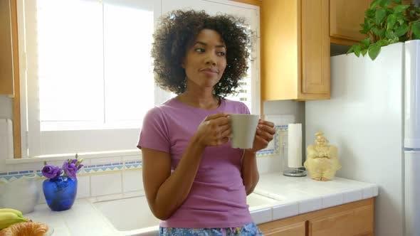 Thumbnail for Frau trinken Morgenkaffee in der Küche