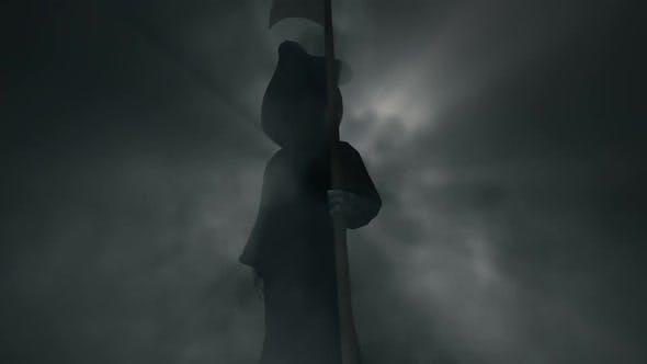 Halloween Death Sensenmann Leerlauf in unheimlich nebligem Hintergrund