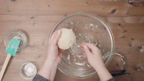 Schritt für Schritt. Mischen Zutaten für Kuchenkruste, um Kürbiskuchen zu backen.