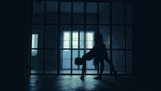 Ballerina bereitet sich auf die Leistung vor wärmt die Muskeln auf
