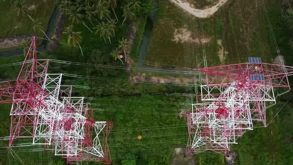 Elektrischer Übertragungsturm aus rotem und weißem Metall