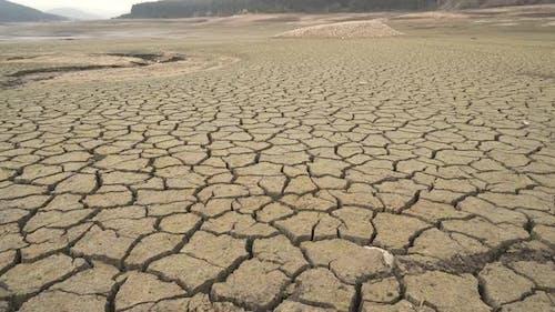 Risse auf dem ausgetrockneten Stadtdamm in der Dürre betroffenen Pernik, Bulgarien.