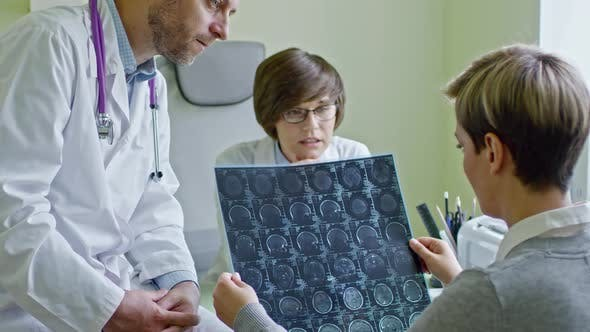 Cover Image for Doctors Explaining CT Scan to Patient
