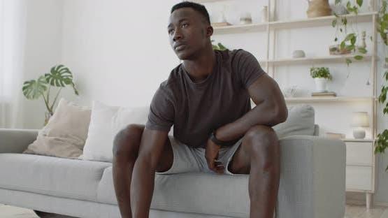 Inländische Krafttraining. Junger Schwarzer Mann Heben Hantel, Üben Bizeps Übung zu Hause