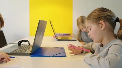 Kinder schreiben am Schreibtisch