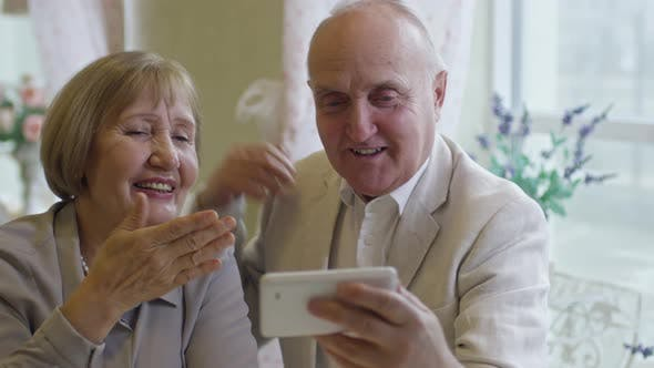 Cover Image for Grandparents Video Calling Family