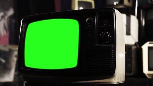 Altes Fernsehgerät mit grünem Bildschirm. Sepia Tone zu Farbe.