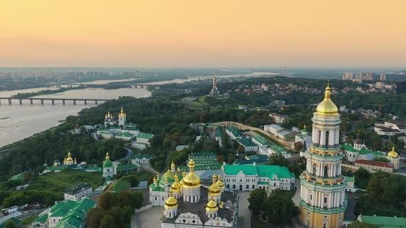 Thumbnail for Drohne Footage Luftbild der Kiewer Höhlenkloster in Kiew Kiew, Ukraine