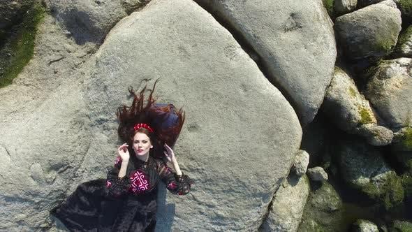 junge Fröhliche Frau posiert durch die Fluss