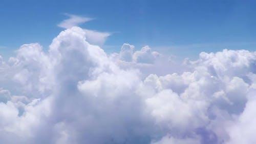 Langsamer Flug durch Cumuluswolken in blauem Himmel, Segen-Magie, Religion, Himmel