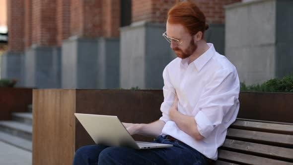 Thumbnail for Nachdenkliche Designer denken während der Arbeit am Laptop