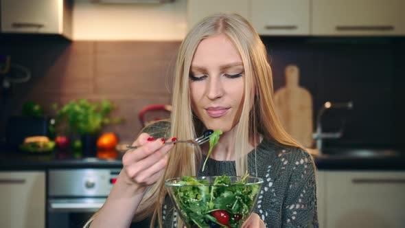 Thumbnail for Glad Frau Essen gesunde Salat