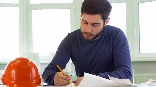 Architecte dessine les lignes du plan