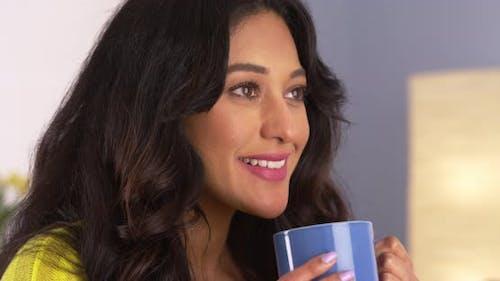 Hispanische Frau genießen ihre Tasse Kaffee