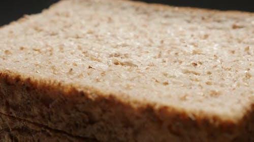 Toast Brot gebacken Vollkornweizen Nahaufnahme langsam neigen 4K 2160p 30fps UltraHD Filmmaterial - Flaches D