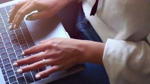 Weibliche Hände tippen auf der Tastatur