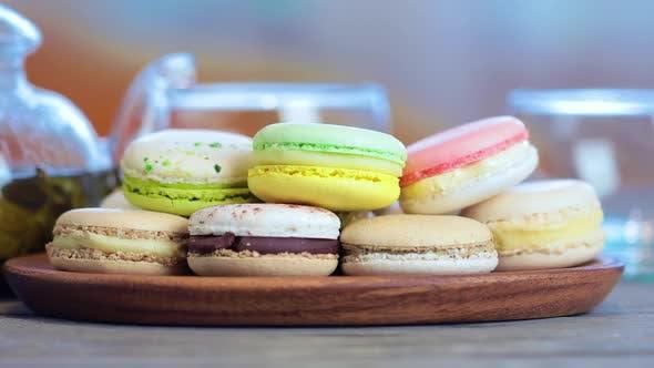 Thumbnail for Bunte Macaron auf dem Tisch mit heißem Tee