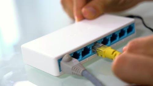 Anschließen eines Ethernetkabels an einen Hub