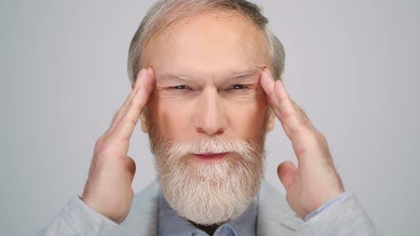Der alte Mann denkt im Studio